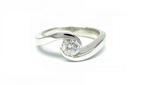 Anillo de Compromiso con Diamante en Oro Blanco engastado en dos medias lunas