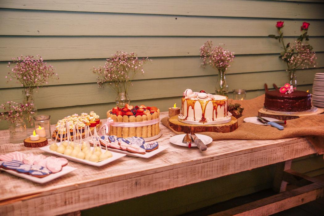 Taarten buffet met verschillende ambachtelijk gemaakte taarten en kleine zoete hapjes.