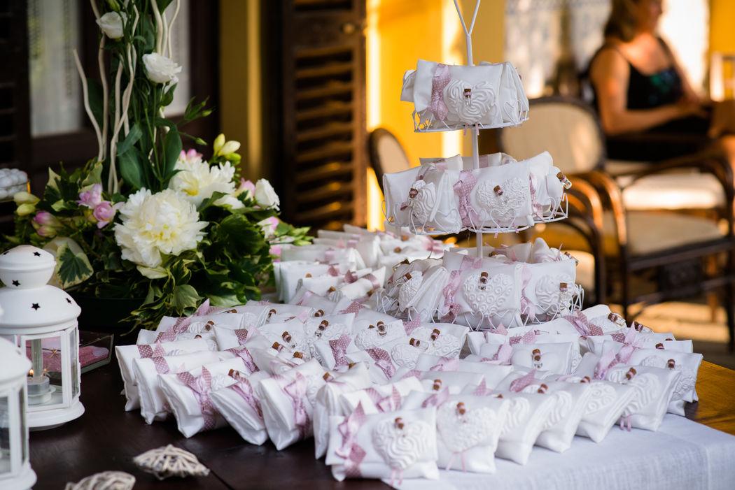 Allestimento tavolo bomboniere per matrimonio romantico rosa