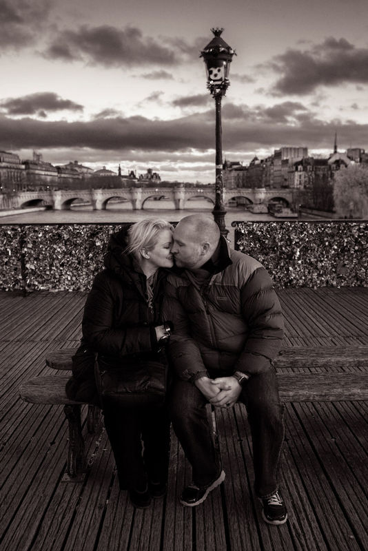 TripShooter - Romantic couple kissing at the Pont des Arts   Photographer: Jade Maitre