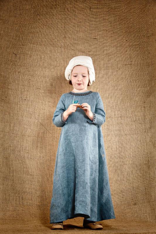 Robe de Jeanne, fillette médiévale  En lin lavé 100%  - Laçage dans le dos  http://www.7etunelieues.com/fr/costumes-filles/robe-medievale-en-lin-bleu-chine-4-ans