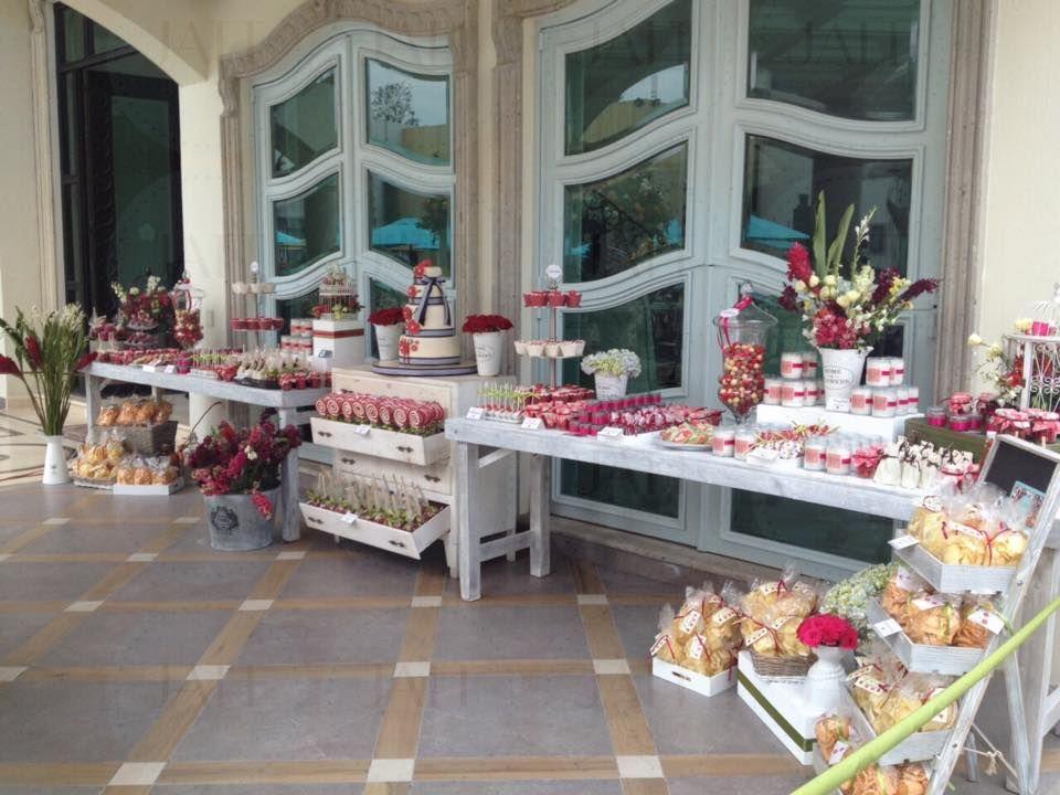 Mesa de postres para 400 personas con pastel de fondant