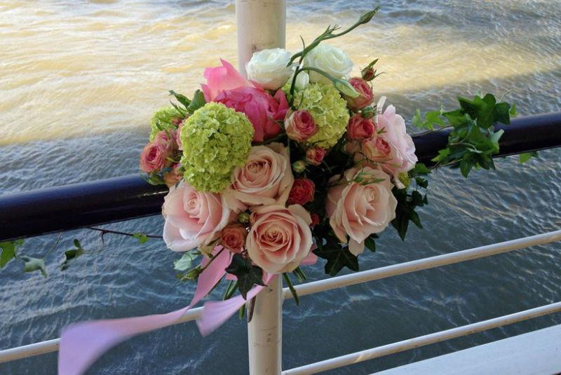 Fleurs, Fruits, Feuillages Mariage à l'américaine au pied de la Tour Eiffel sur l'eau  www.fleurs-fruits-feuillages.fr
