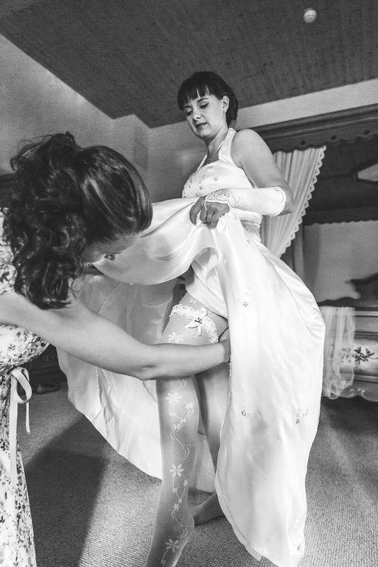 Ich helfe der Braut auch gern beim Anziehen (getting ready)