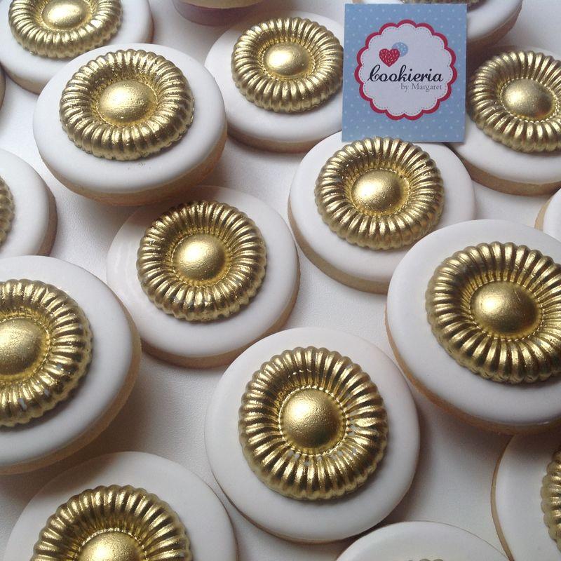 Biscoitos redondos com acabamento em dourado Tamanho 6cm