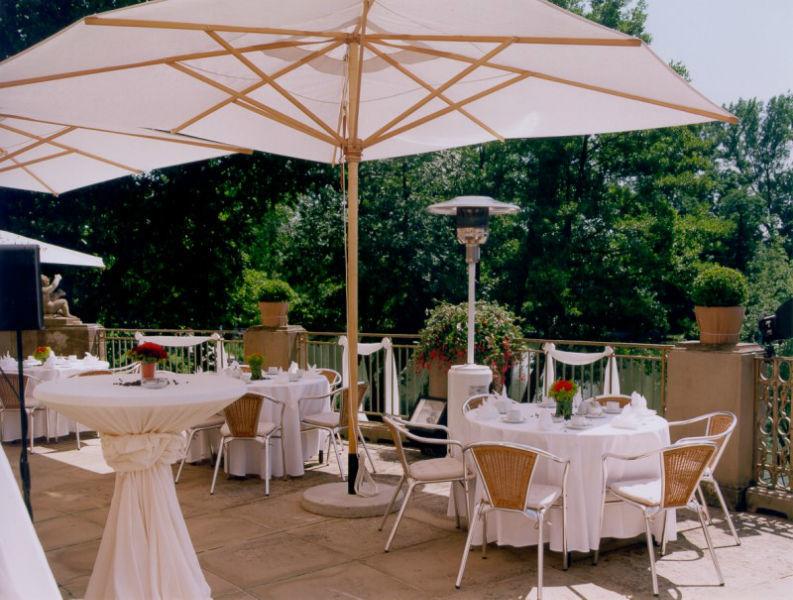 Beispiel: Kaffetafel auf Terrasse, Foto: Schlosshotel Monrepos.