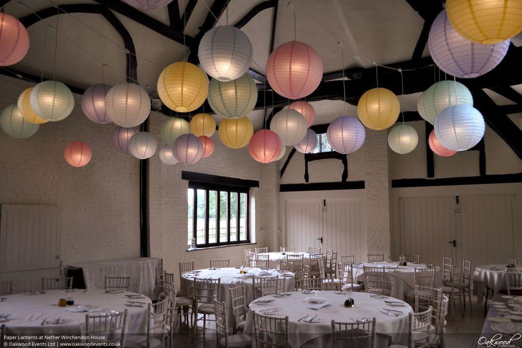 Pastel kleuren lampionnen zijn de trend dit jaar. Verlicht de lampionnen met LED lampojes voor nog meer sfeer op je bruiloft.