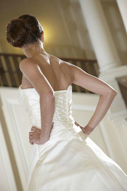Beispiel: Brautkleid mit aufwändiger Rückenschnürung, Foto: Lia Brautmoden.