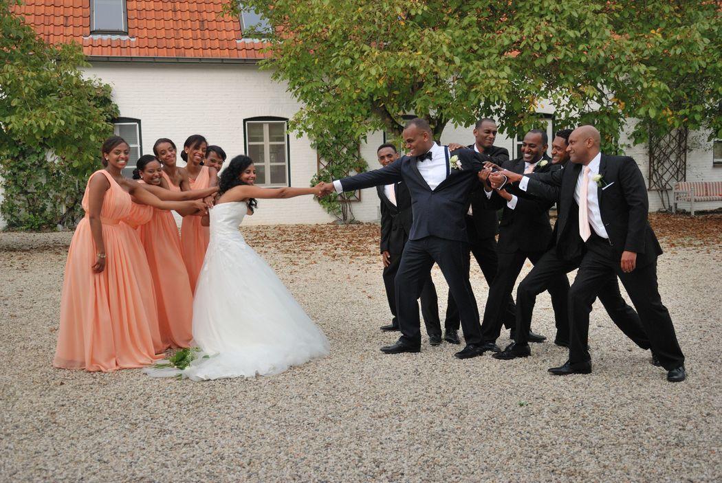 Even ruzie tussen de bruidsmeisjes en de jongens, ze willen hun vriend en vriendin niet zomaar weggeven.