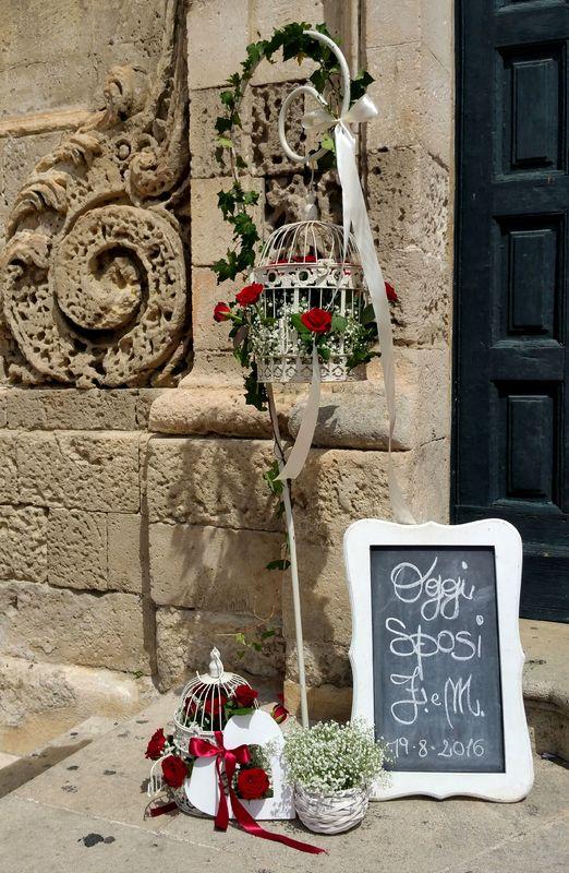 GGI SPOSI A MATERA, rossevents in San Francesco, dettaglio allestimento ingresso cattedrale. White & red, romanticamente rosso