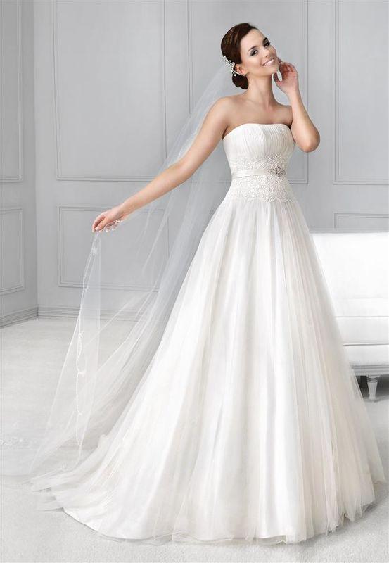 Beispiel: Trägerloses Kleid, Foto: Braut Atelier Blendel.