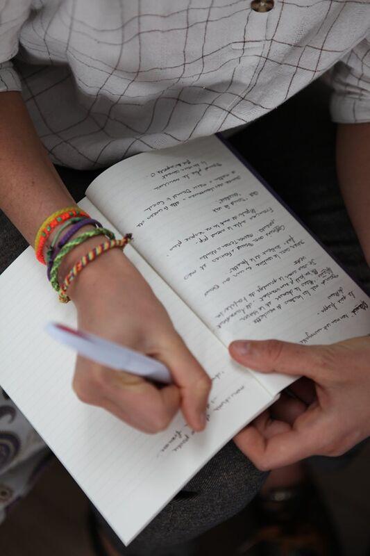 Scribeuse, rédactrice de contes de faits