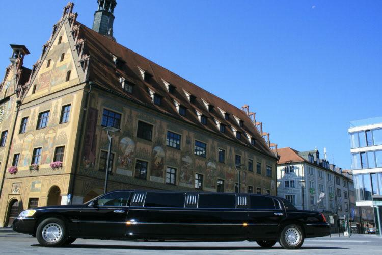 Beispiel: Schwarze Hochzeitslimousine, Foto: Limousinen Service Ulm.
