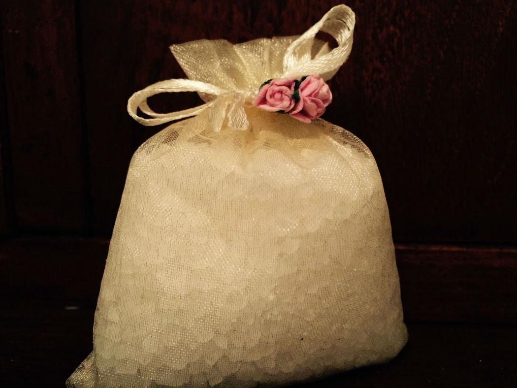 Sales de baño con adorno de rosas. Hechas con sal marina y enriquecidas con aceites esenciales para no resecar la piel. Presentadas en bolsita de organza  y posibilidad de etiquetado personalizable.