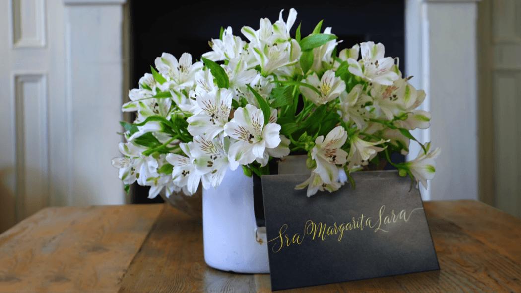 La más bonita caligrafía hecha a mano para las más bonitas invitaciones. Tus invitados especiales apreciaran este detalle hecho con amor para ellos. Conoce más sobre la rotulación de tus sobres de bodas en nuestromejordia.com