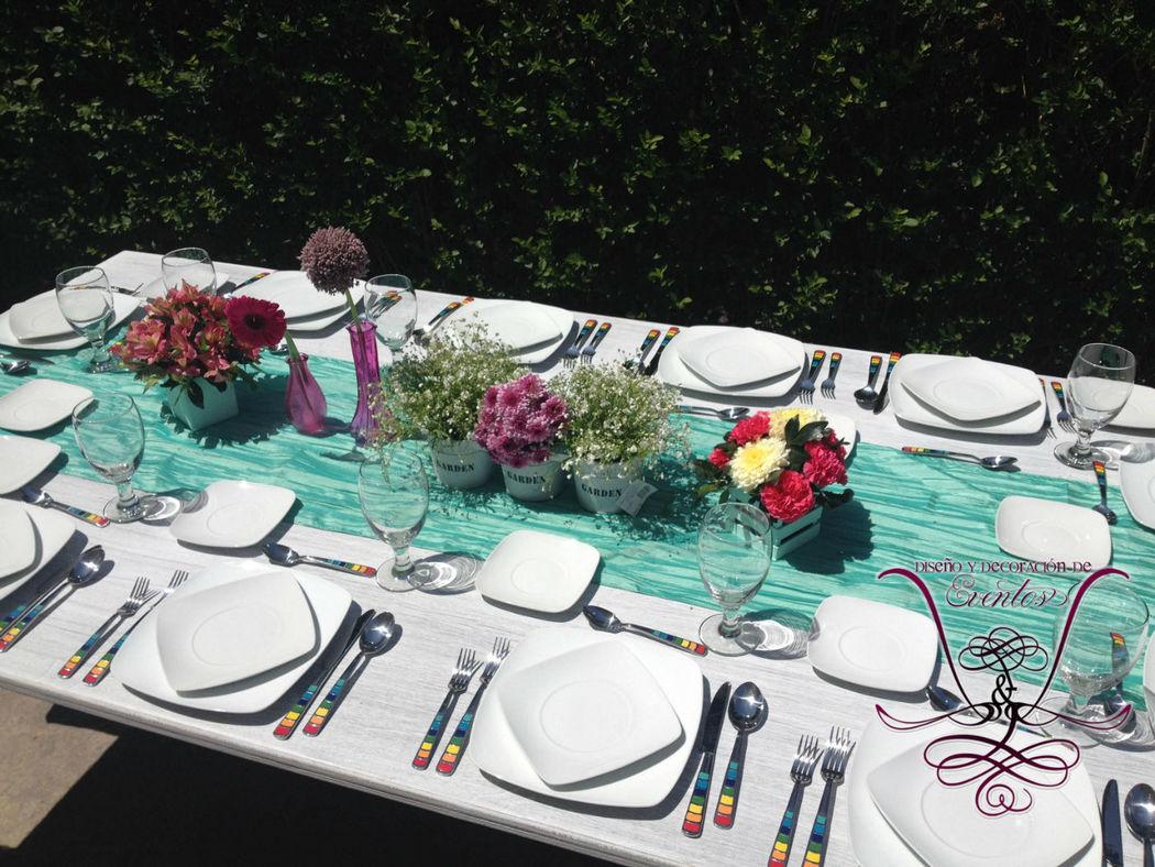 Mesas Vintage para 12 personas con 2 bancas dobles con respaldo y camino de mesa color Menta!  L&L EVENTOS