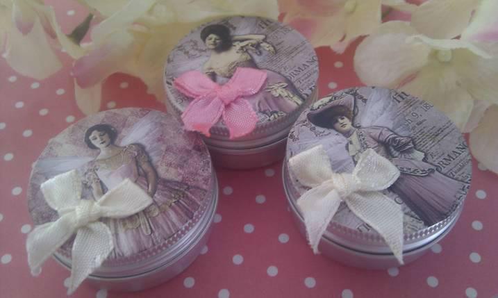 Bálsamo labial en cajita metálica con imagen de actrices británicas de la época Eduardina y una pequeña rosa en la tapa. Presentado en bolsita de organza y posibilidad de etiquetado personalizable.