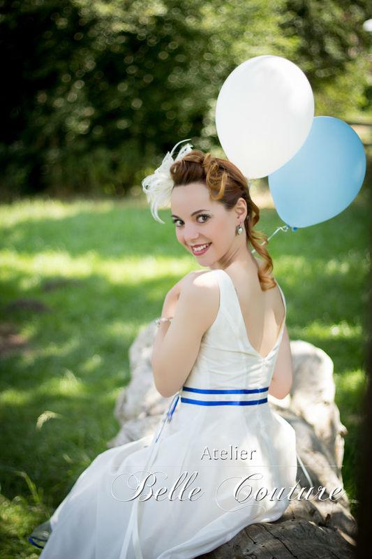 apartes, schlichtes Brautkleid im 50er Jahre Stil mit tiefem Rückenausschnitt