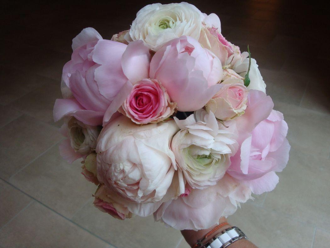 bouquet de mariée ton pastel avec pivoine et rose