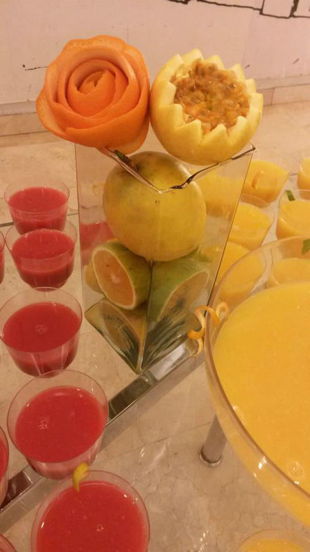 Barra de Cocktail de frutas, con detalles tallados en fruta para darle un toque especial a nuestro jugo de naranja con maracuyá.