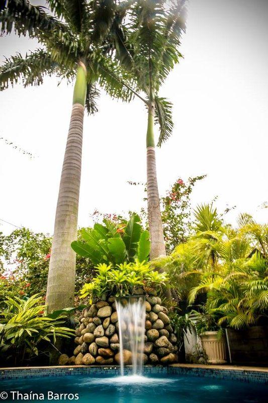 Jardim com piscina e cascata, onde proporciona aos noivos belíssimas fotos.