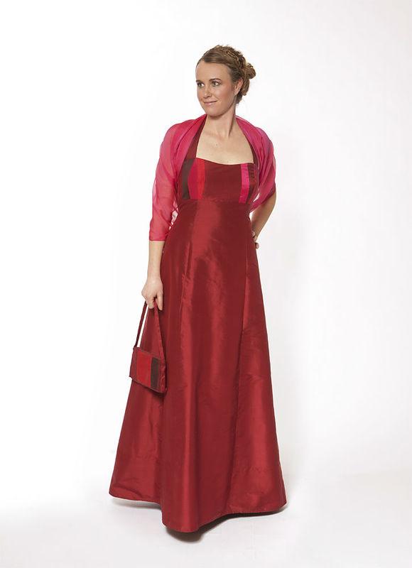 Abendkleider aus edler Seide in dunkelrot; Foto: JAAP Abendmode