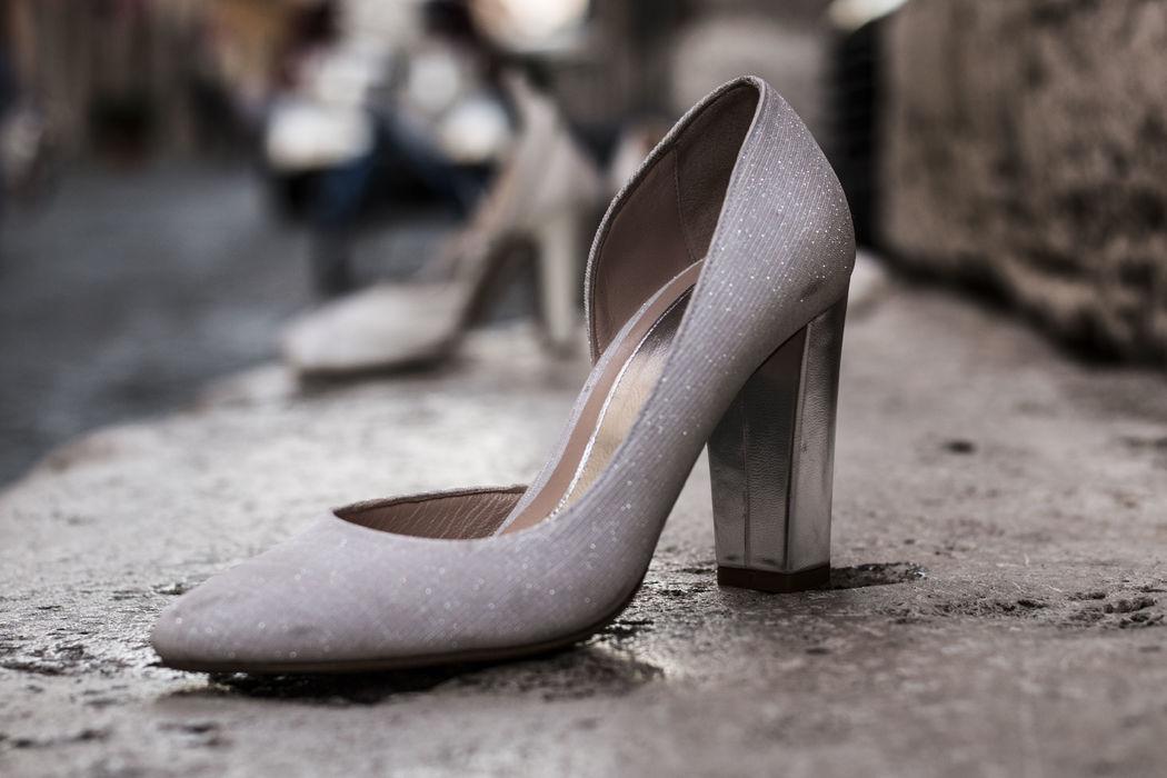 Décolleté in glitter e chunky heel in argento specchiato