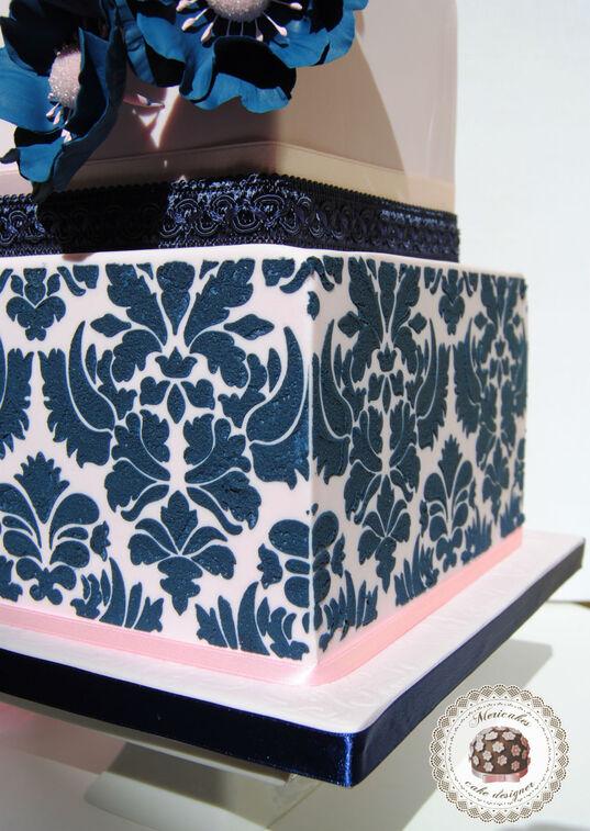 Detalle del damasco en glasa real de la tarta de boda Damask navy.