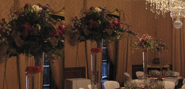 Decoración floral con un jarrón de 1m. de alto con un centro primaveral y petalos flotando. http://lafloreria.net