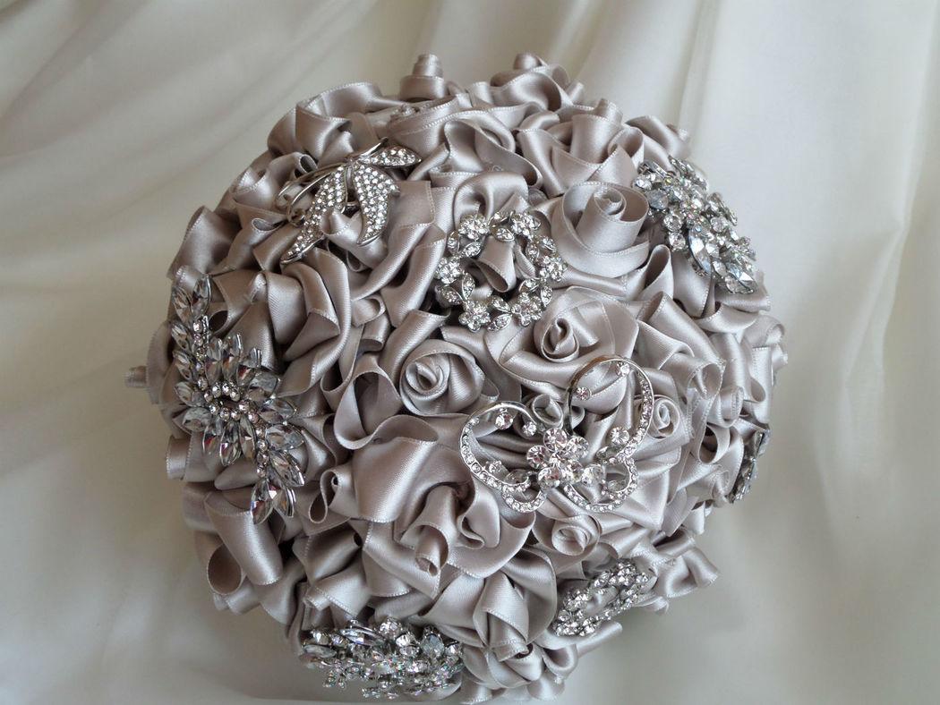 Bouquet rosas de satén y broches