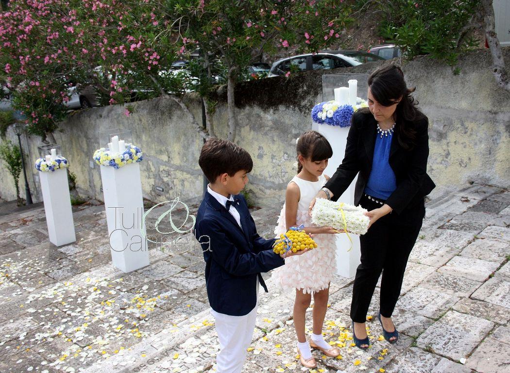Cuscino portafedi a forma di cuore per il paggetto; lingotto di fiori per portare la penna all'altare,  per  la damina