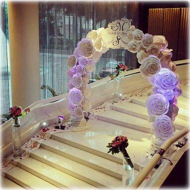 Arco central decorado con flores gigantes