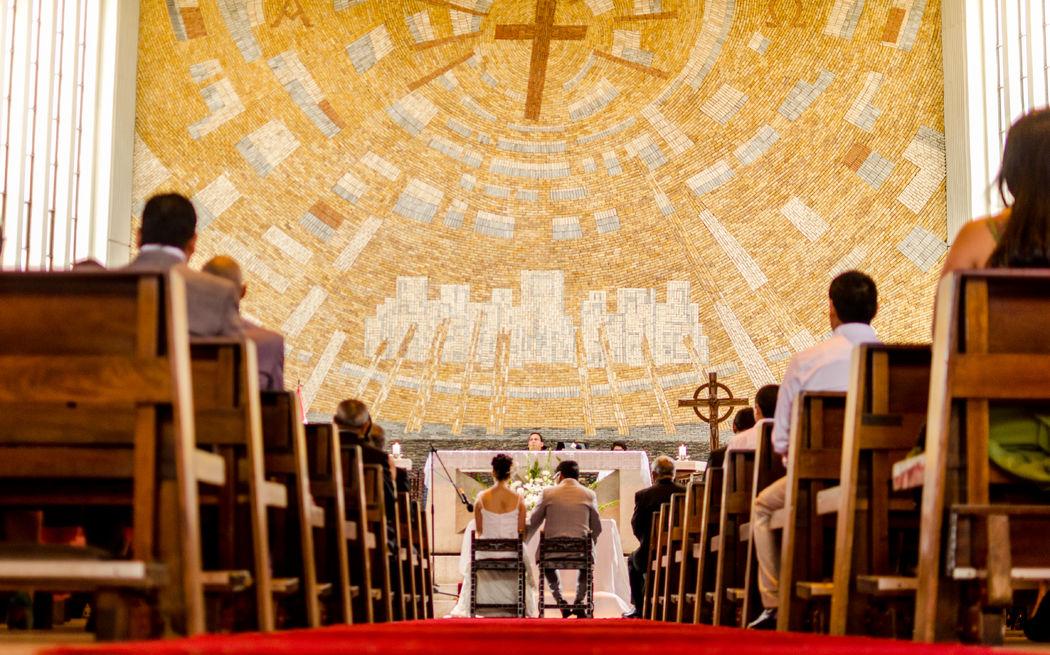 en medio del pasillo y el altar
