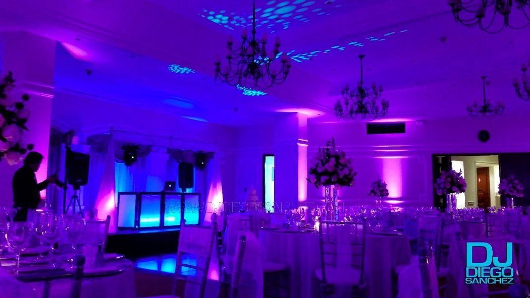 En el Hotel la Fontana realizamos la boda de una de las presentadoras Top de nuestro país, su exigencia: el color del recinto tenía que ser morado, la tarima azul y aun así lucir bien, este fue el resultado