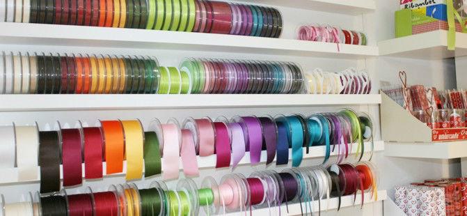 Beispiel: Schleifenbänder in allen Farben, Foto: Sweet Wedding Hochzeitskarten.