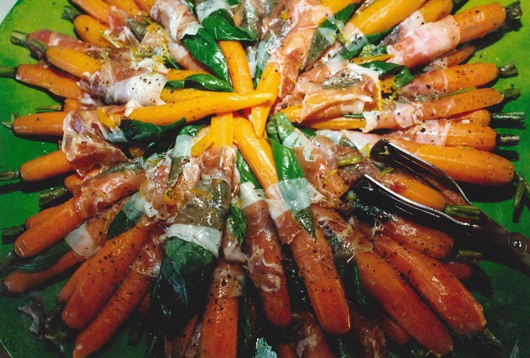 Glasierte Möhren im Parmaschinkenmantel mit Basilikum