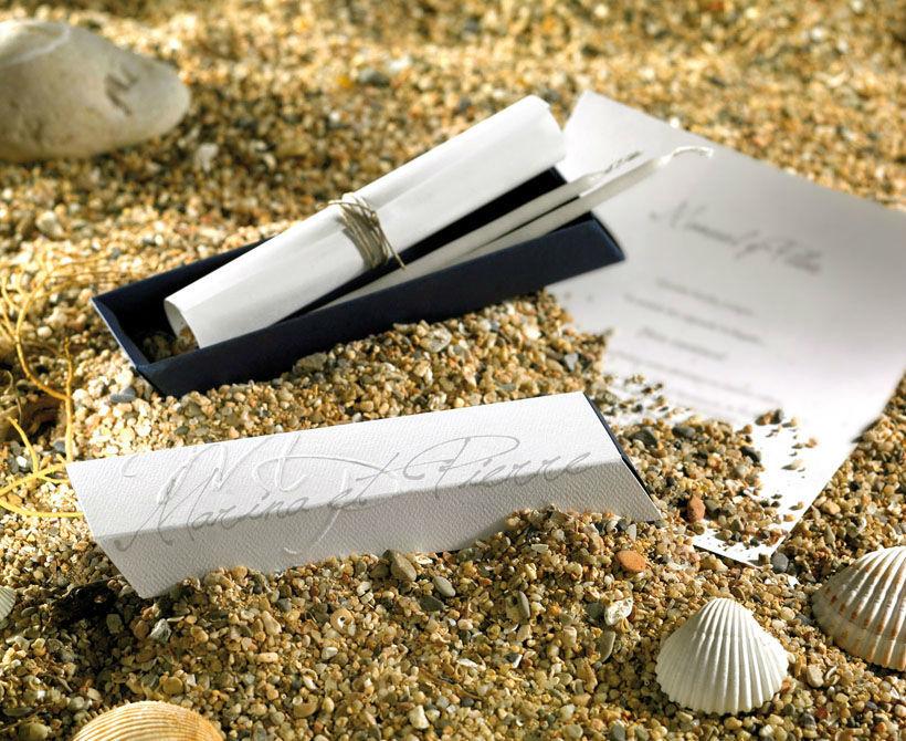 Faire-part mariage BRISA Harmonie et équilibre se dégagent de cet Écrin de bonheur Zen. Il est composé d'un fourreau papier nacré blanc avec motif floral en relief et d'un étui papier irisé métallique acier. Une étiquette personnalisée avec les prénoms est accrochée à un cordon argenté pour tirer l'étui et ouvrir le faire-part. A l'intérieur, un feuillet de personnalisation en papier nacré blanc est roulé façon parchemin et noué d'un ruban gris assorti.