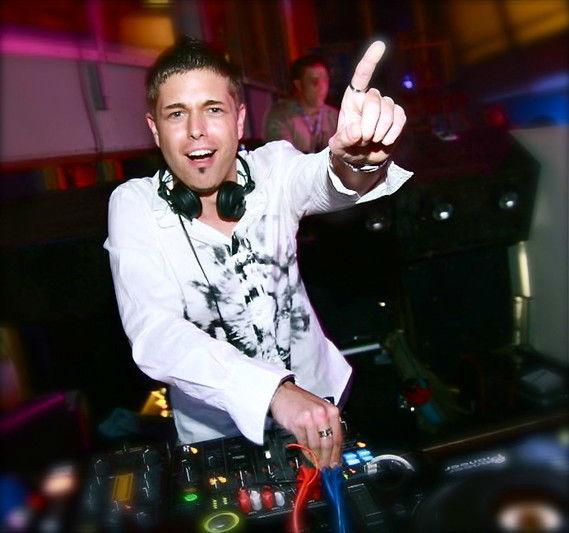Der DJ, Mr. Dee Age.