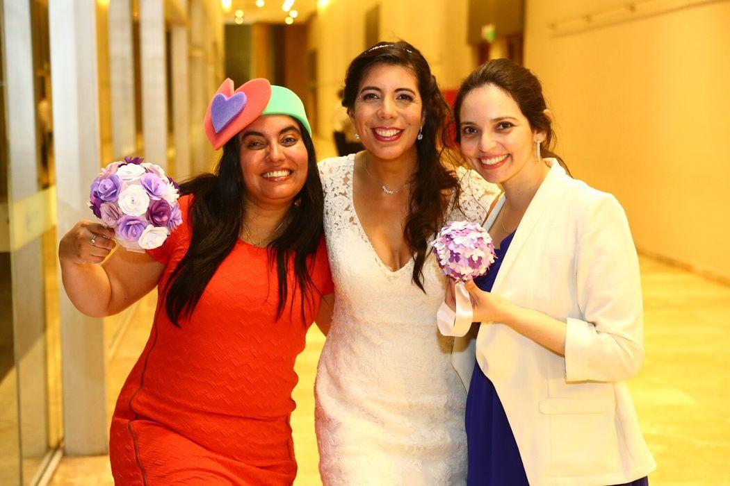 Solteras ganadoras del ramo réplica y de la pelota floral colgante