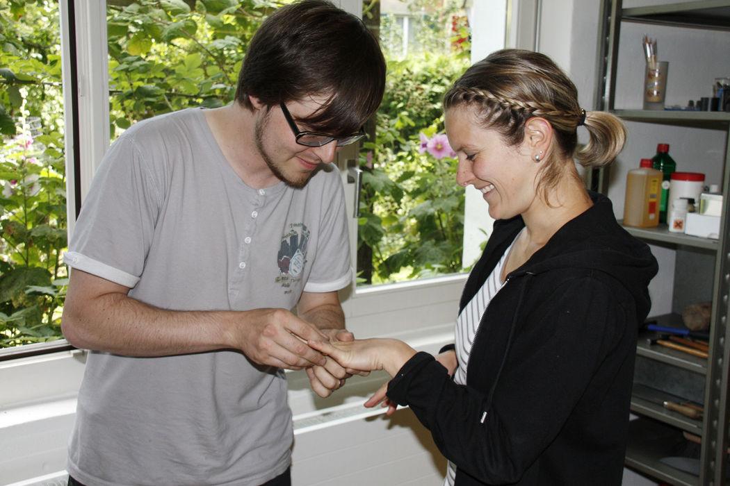 Impressionen aus einem Eheringe-Kurs: Geschafft! Nun kann das Ringe-Anstecken geprobt werden!
