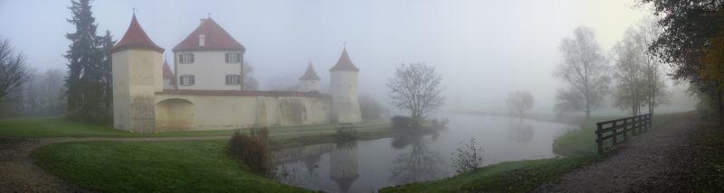 Beispiel: Außenansicht bei Nebel, Foto: Schloss Blutenburg.