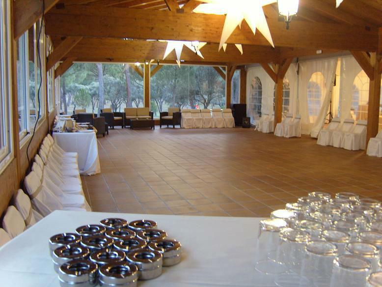 Porche de madera acristalado donde habitualmente se hace el baile por la noche.