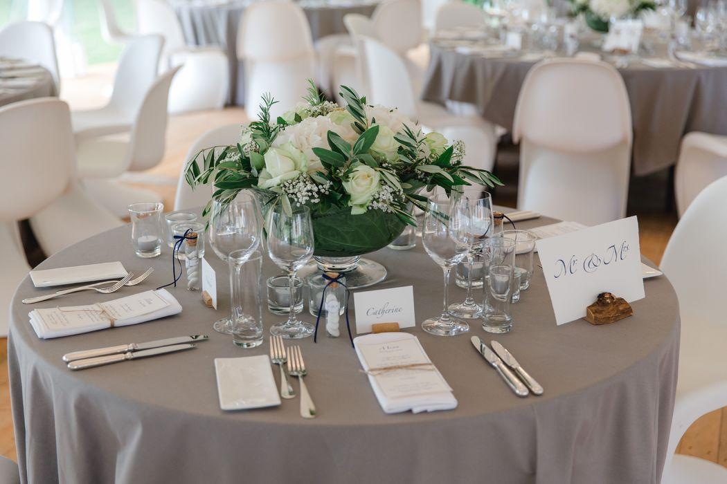 Tischdekoration in weiss und grün