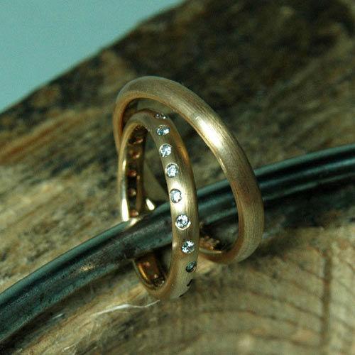 Beispiel: Feine goldene Eheringe mit Brillianten, Foto: Lachmann's Goldschmiede.