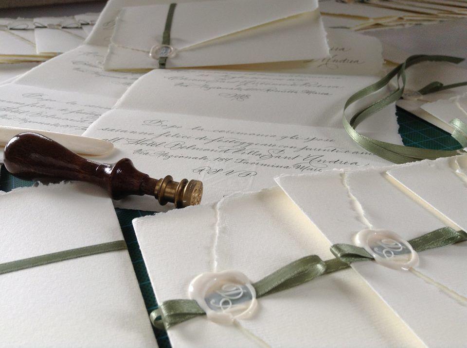 Il Calligrafo - Inviti carta Amalfi avorio su foglio unico autochiudibile con sigillo avorio e nastro verde salvia, manoscritti in verde.