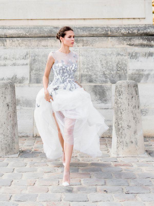 Воздушное свадебные платье А-силуэта с цветным, расшитым бусинами кружевом по талии