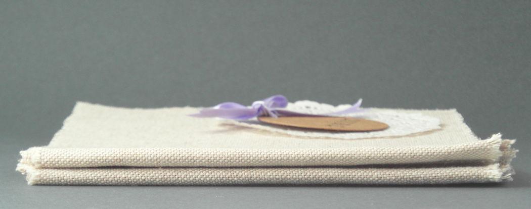Fabric Wedding Booklet: realizzato in stile country-provenzale, con carte riciclate di pregio e copertina in tessuto naturale, è cucito a macchina per un effetto handmade. Contiene il programma della cerimonia e il racconto della love story degli sposi.