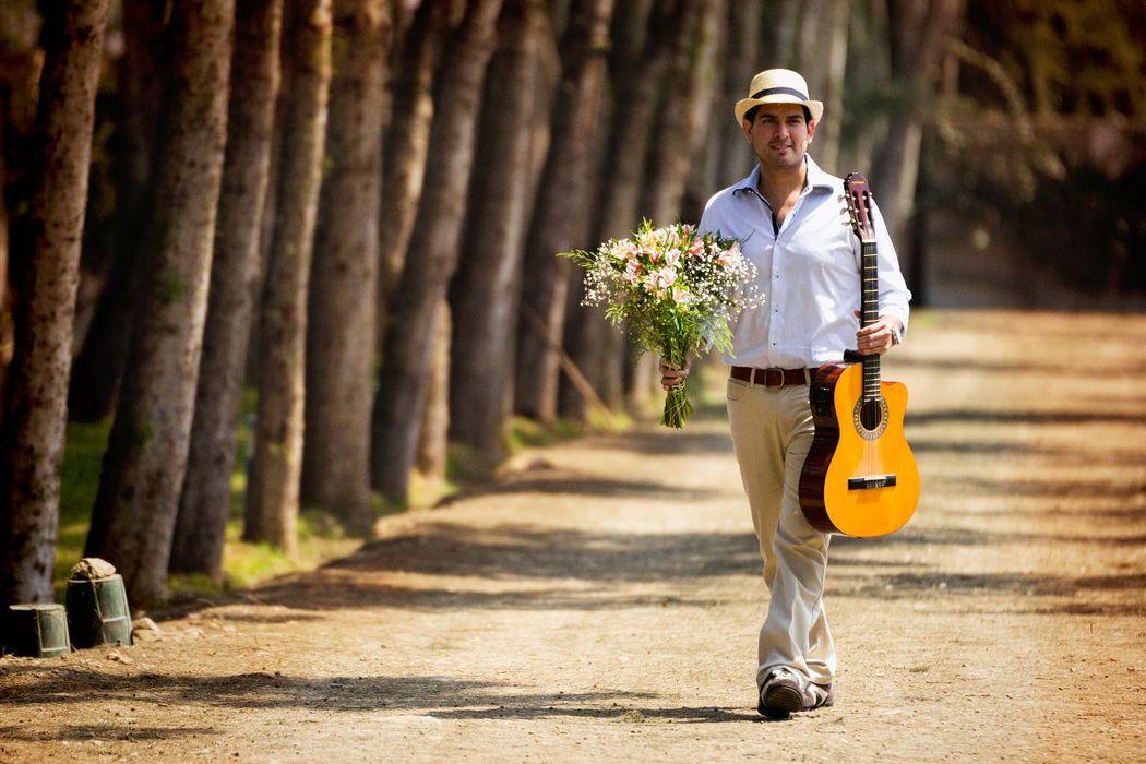 Julio, con el romanticismo a flor de piel llega en búsqueda de su amada Clau