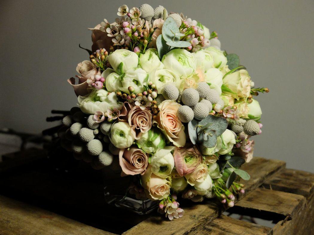 Ramo de novia en tonos envejecidos y grises empolvados.  http://lafloreria.net