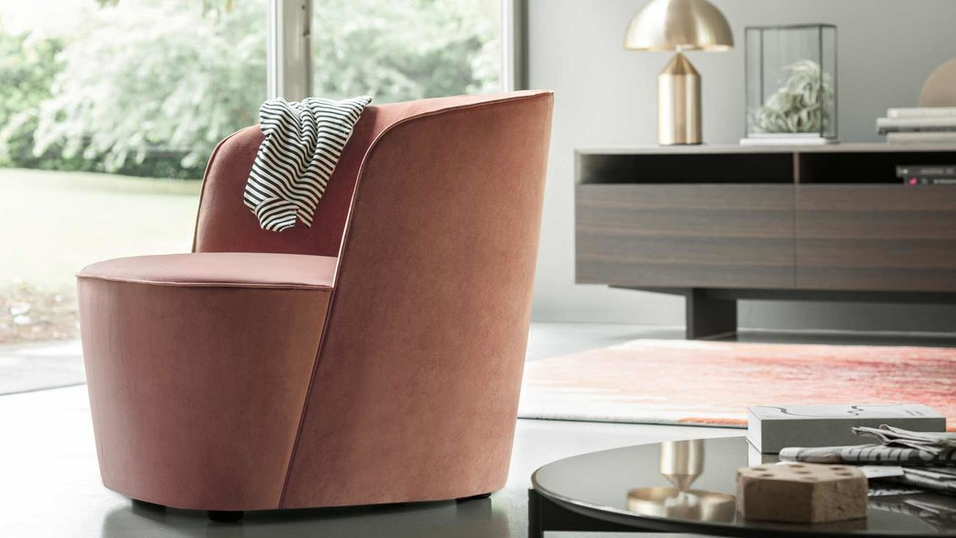Big refinement and small size for Felix, a chair with a discreet style that finds its ideal location in bedroom but is capable, thanks to its delicate elegance, to join fully in other environments. The curved back is a shell that encloses the monolithic seat, inviting to relaxation. Seams and stitching reveal sinuous, soft lines.